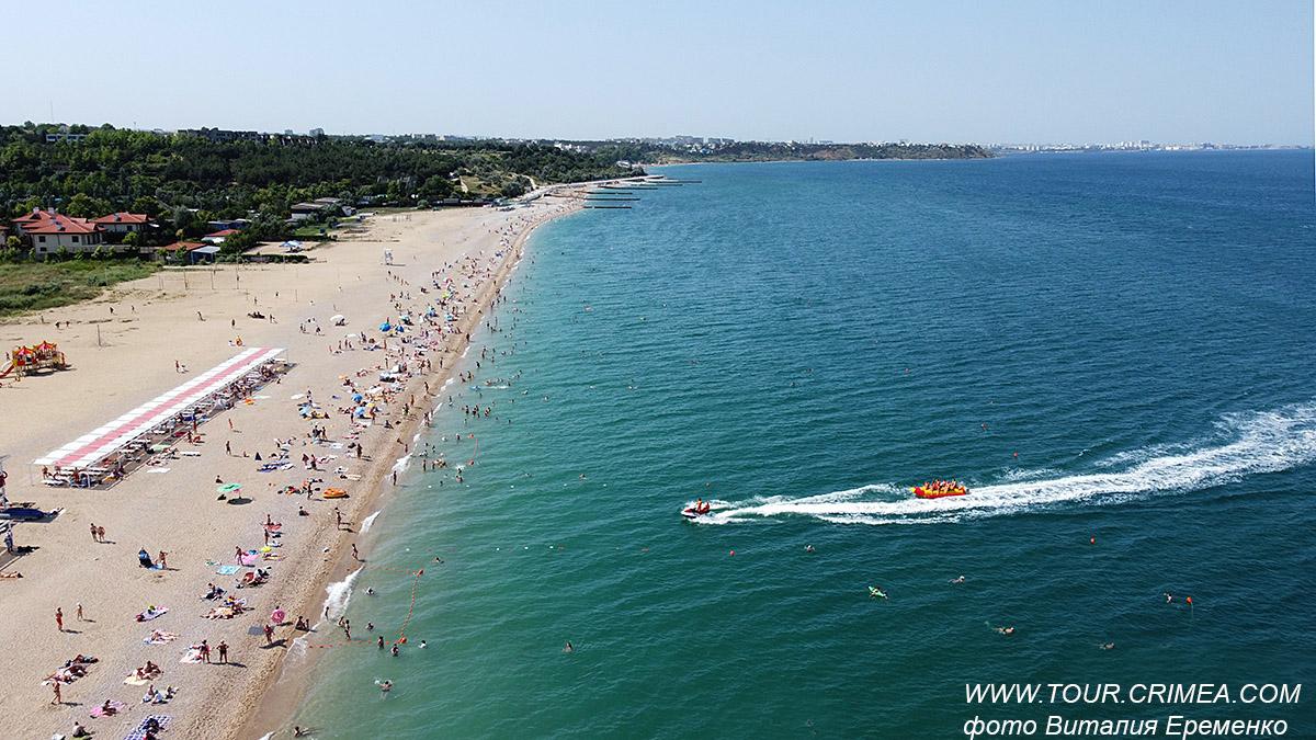 Пляжи Крыма.  Поселок Любимовка с высоты птичьего полета. Июль 2021