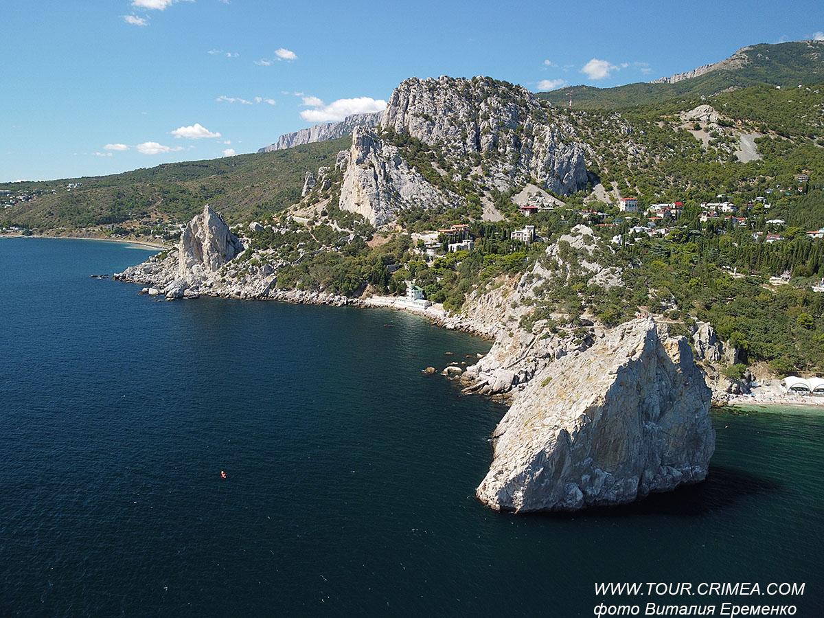 Вид на скалу Дива, гору Кошка, скалу Крыло Лебедя в Симеизе с высоты птичьего полета. Божественная красота крымской природы.