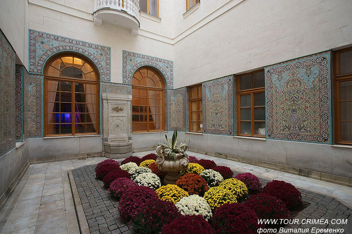 Хризантемы в Арабском дворике Ливадийского дворца.