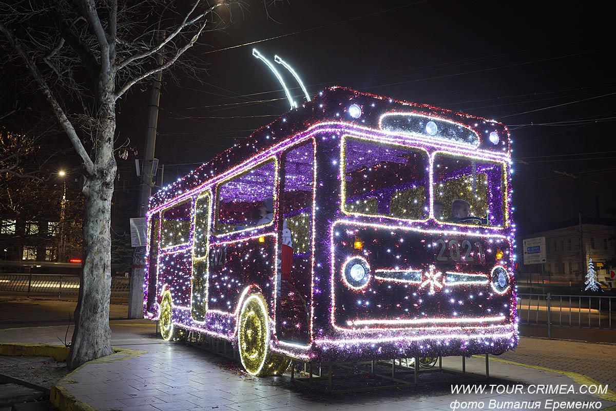 Новогодний троллейбус на площади им.Куйбышева в Симферополе.