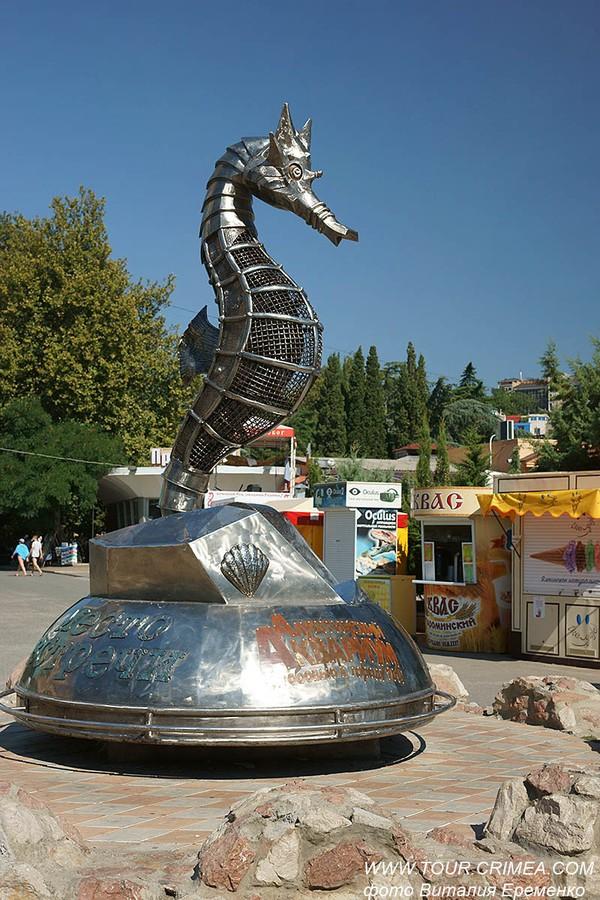 """Скульптура """"Морской конек"""" на набережной Алушты, один из символов курортного города."""