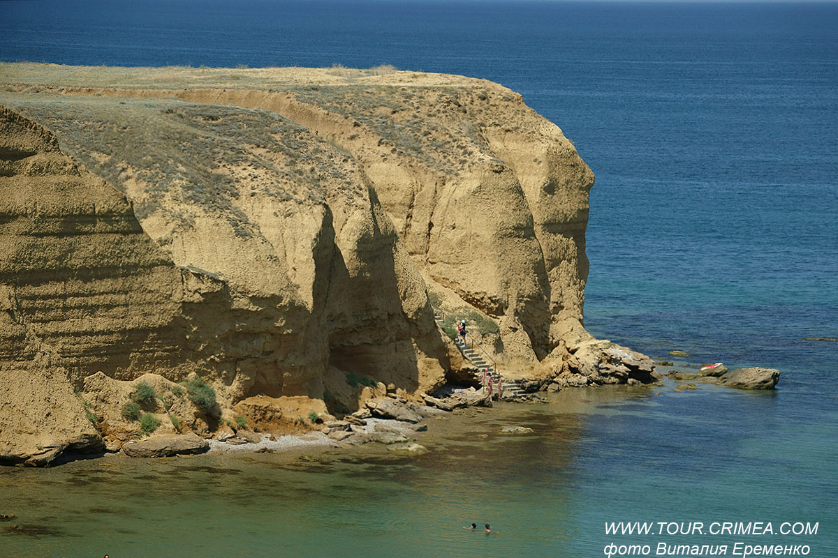 Дикий пляж у мыса Лукулл, у с.Угловое