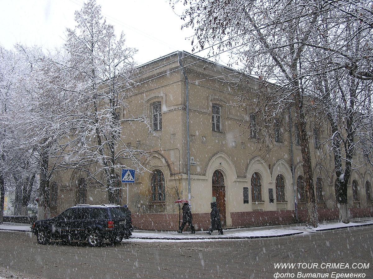 """Полетели  """"белые мухи""""- пушистый снег.  В Крым идет зима."""