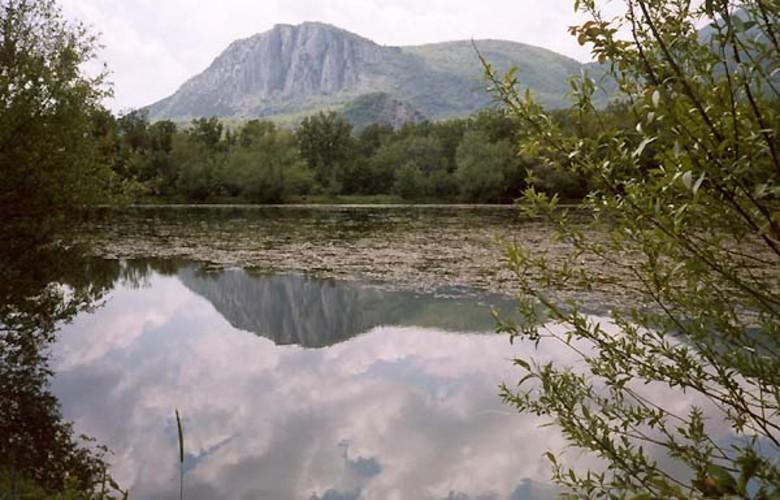 Отдых в Крыму. Горное озеро у горы Парагильмен