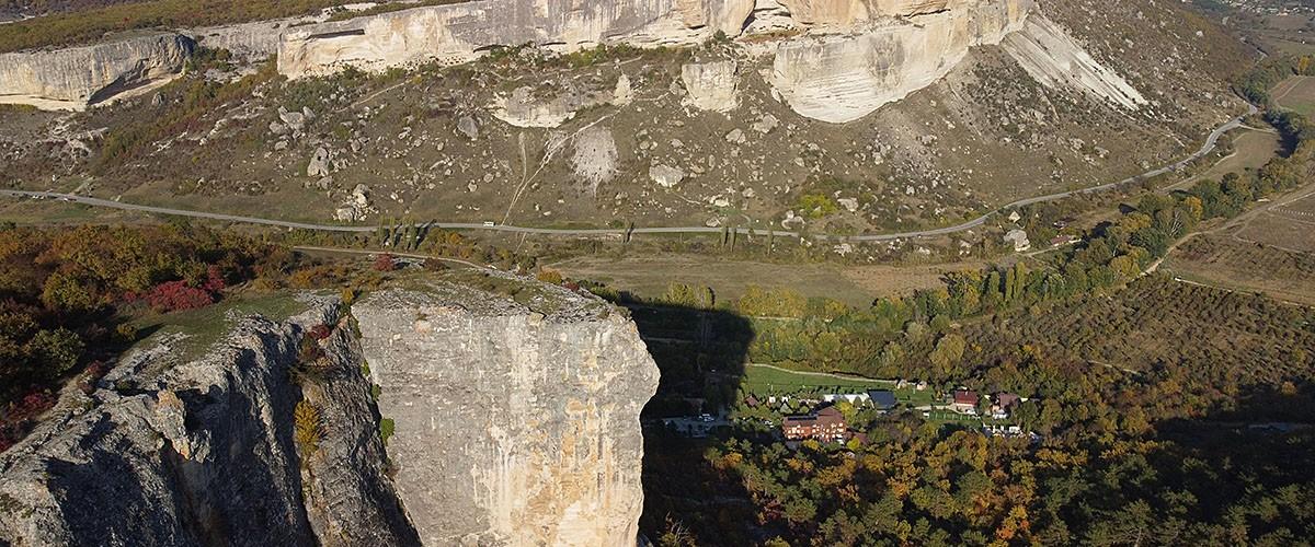 Вид с высоты птичьего полета на пещерный город Качи-Кальон и Алимову балку. Октябрь 2021 г.