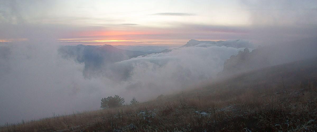 Крым.  Горы и море.  Межсезонье. Время туманов и красивых облаков.