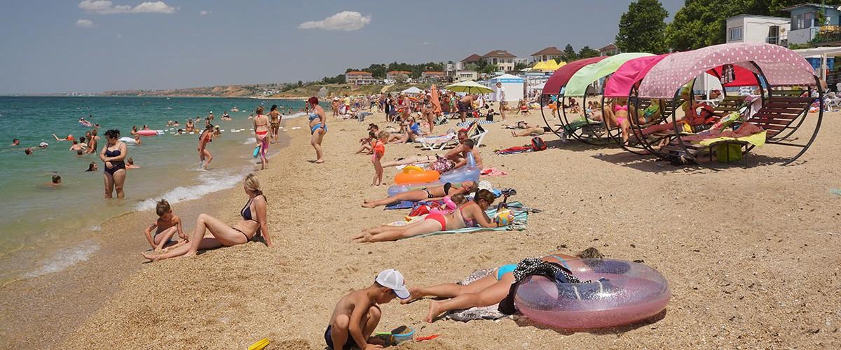 Учкуевка - самый популярный песчаный пляж на Северной стороне Севастополя.