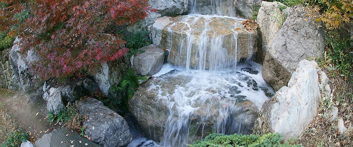 """Журчащие водопады Японского сада в парке  """"Айвазовское"""""""